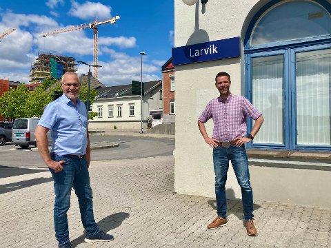 JUBEL: Varaordfører Rune Høiseth og fylkespartileder Truls Vasvik er glade for at partiet de tilhører nå går inn for å gjenoppta planleggingen av InterCity gjennom hele Vestfold.