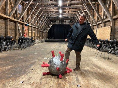 Nok er nok: – Ut med dere, sier Morten Sivertsen å sparker koronaen på dør mens han og gjengen på Galeiscenen legger planer for en normal sommer.