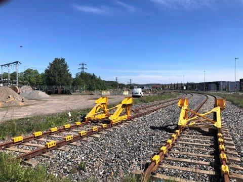 SKAL AVGJØRE: Politikerne skal nå avgjøre om Larvik Havn får laste om trevirke til tog på Sika-tomta. Arbeid som i dag pågår på området har imidlertid ikke med en eventuell terminal å gjøre, men dreier seg om legging av fiberkabler som går gjennom området.