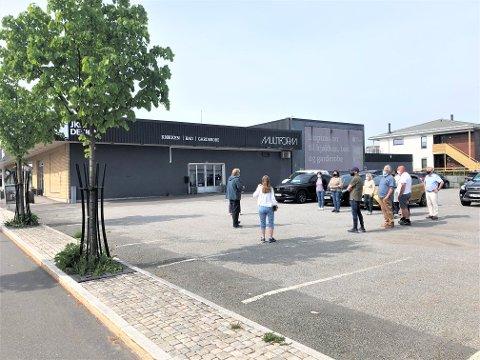 VAR POSITIVE: Politikerne i Planutvalget i Larvik kommune var svært positive til boligprosjektet i Nansetgata 95. Her er de på befaring før møtet tirsdag.