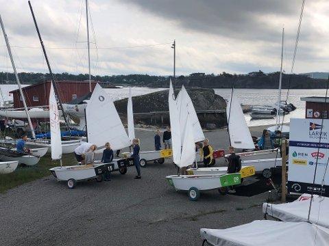 Nybegynnerkurs ved Larvik seilforening - båtene rigges for første tur på vannet