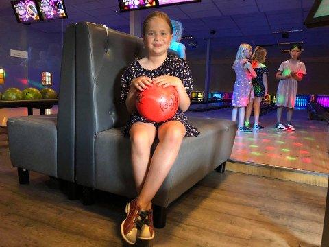 BOWLINGBURSDAG: Etter nesten et halvt år får Frida Wiik Andersen (7) endelig feiret bursdag på Mester'n Bowling med vennene sine.