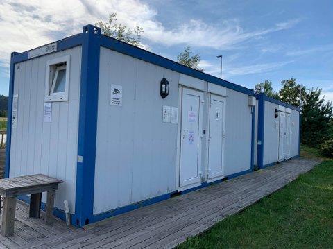 MÅ BETALE: Det er innført betalingsløsning for toalettene på Meløstranda. Det reagerer Iris Opsahl sterkt på.