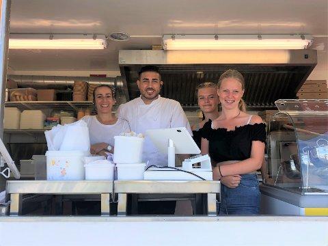 POPULÆR: Alex's Food Truck står perfekt plassert på Stolpestad Camping denne sommeren. Her serverer han portugisisk mat rett på kyststien. (f.v. Jenny, Alexis, Thea og Madelen)