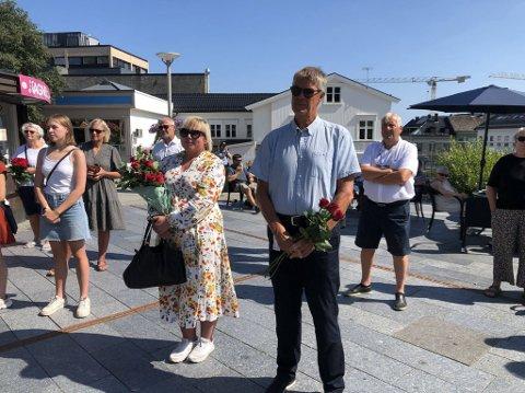 MARKERING: Mange hadde tatt med seg roser de skulle legge ved minnesmerket.