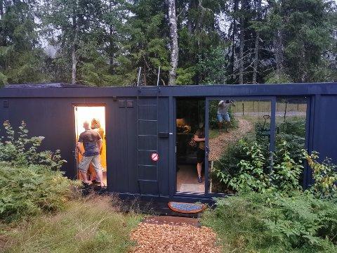 MØRKLAGT: Ansatte fra Visit Laagen sjekker strømmen i hytta.