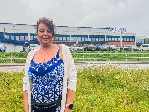 OPPGITT: Britt Lien er oppgitt over at de knapt har parkeringsplasser å tilby kundene sine, fordi andre okkuperer dem.