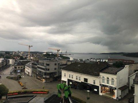 GRÅTT: Torsdag blir nok en dag med grå skyer og regn.