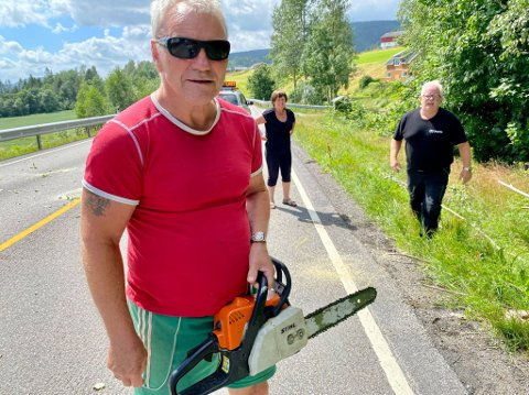 HJELPEN: Førerne trengte ikke vente lenge på den nødvendige hjelpen. Nabo Vidar Tobru ble dagens helt der han dukket opp med motorsaga.