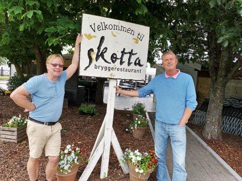 TRADISJONEN: Asbjørn Lien og Even W. Andersen holder godt på tradisjonen på Skotta og skaper liv i hele sommer. Men hva som skjer fremover, vet de ikke.