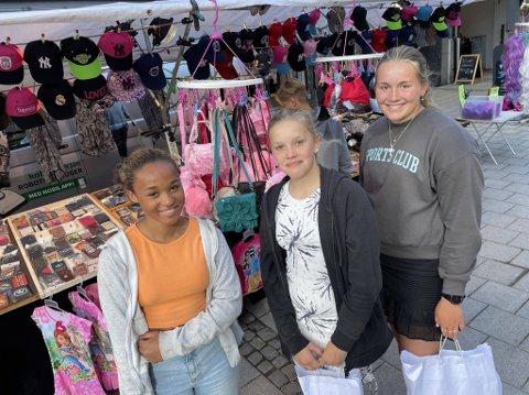 Neonora Mapela Jacobsen, Mie Halle Birkeland og Pernille Fugelset Birkeland var blant dem som hadde tatt seg en tur til sentrum torsdag.