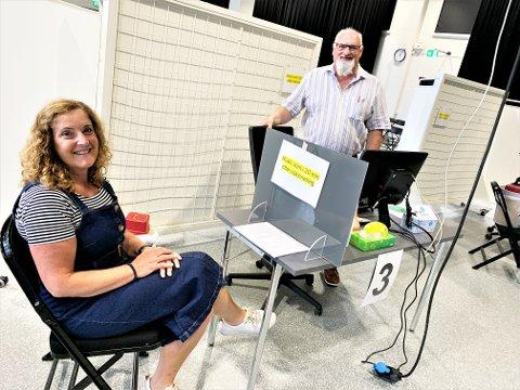 SVAR: Kommunens Anne Grethe Sneeggen og Jan Borgen ber alle om å svare på SMS-tilbudet om vaksine. Uansett om du svarer ja eller nei. Svar er viktig.