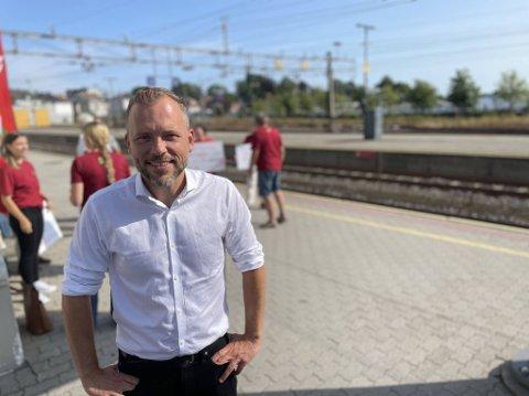 VIL SATSE MER: Audun Lysbakken (SV) påpekte at stortingsmeldingen der dobbeltsporet forbi Larvik nå er tatt ut, på ingen måte er bindende. Tirsdag var han her i forbindelse med valgkampen, og talte blant annet varmt om bedre kollektivtilbud.