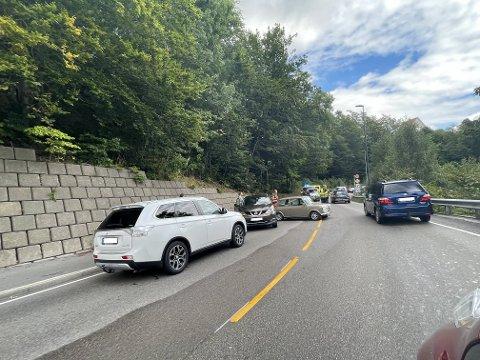 KØ: Et trafikkuhell gjorde at det ble manuell dirigering på Storgata ved Farriseidet mandag ettermiddag.