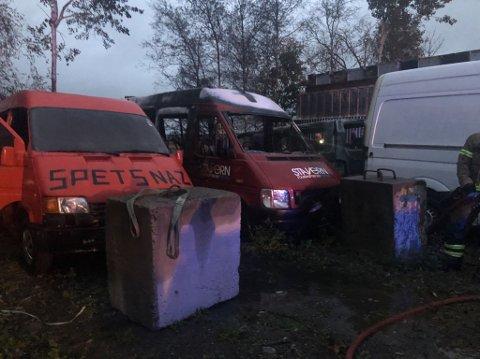 BILBRANN: Det oppsto en brann i flere biler ved Ringdal lørdag kveld.