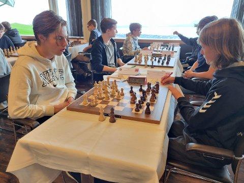 FOR NORGE: Sivert Ihlen (t.v.) fra Helgeroa representerte Norge under nordisk mesterskap i sjakk på Færøyene forrige helg.