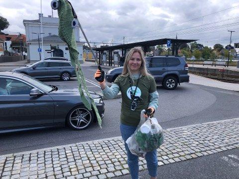 MYE Å FINNE: Marie Lislott fra ABAX var overrasket over hvor mye søppel det var å finne på en kort strekning fredag formiddag. Her har hun funnet en gammel lue ved jernbanestasjonen.