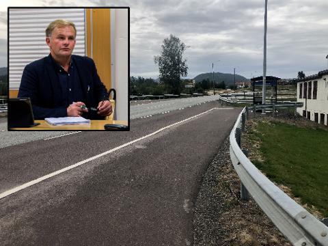 UBRUKT: to stoppesteder i Svarstad står ubrukt etter at Grenlandsekspressen sluttet å gå forbi. Det synes Knut Olav Omholt er synd.