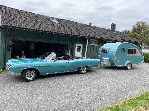 SPESIELL: På gårdsplassen til Laila og Vidar ut mot Lågendalsveien står veteranbilen fra 1967, en doning mange trolig har lagt merke til.