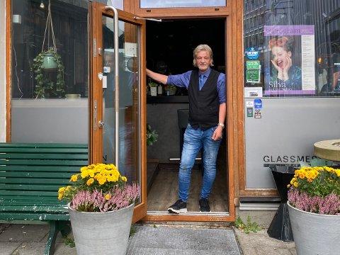 DAGEN DERPÅ: – Vi åpnet klokken 11 på lørdag formiddag, så gikk det i ett til klokken 3 i natt, sier Torbjørn Aglen på Glassmesteren i Larvik sentrum.