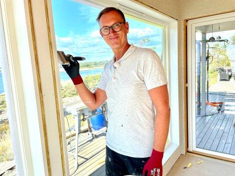 OVERVELDET: Halvor Bakke maler vinduene på hytte nummer 61 i Eventyrlig oppussing,. Han er overveldet over tilliten hytteeierne gir ham og Eventyrlig oppussing.