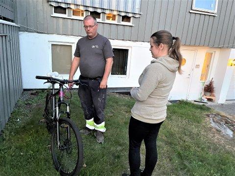 HALVPARTEN TYVEGODS: Hans Christian Berge og Stine med sykkelen de fant igjen på en adresse i nabolaget der de bor i Kvelde.