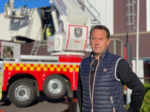 BRANN: Administrasjonssjef Jan Roger Thorsen i Runar IL var raskt på plass ved Runarhallen onsdag morgen. Han håper brannen ikke har ødelagt for helgens arrangementer.