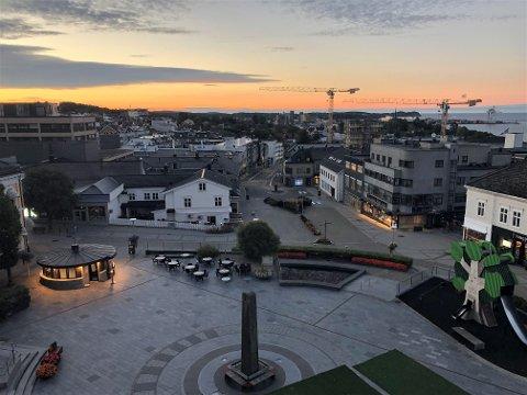 VARM DAG: Solen kommer stadig senere opp, men i dag skal det ifølge meteorologene bli mye å se av den. Her fra ØPs kontorer litt etter klokken seks onsdag morgen.