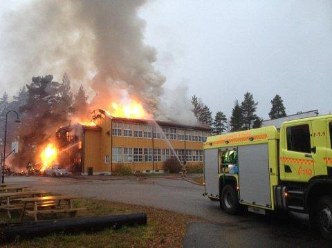 OVERTENT: Gamle Opphus skole brant tirsdag morgen. Ingen personer kom fysisk til skade i brannen. (Foto: Tore Sandberg)