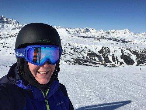 BRUK HJELM: – Skihjelm er din enkleste og tryggeste forsikring mot hodeskader, sier Heidi Tofterå Slettemoen i Frende.