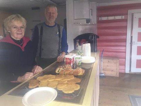 SKISTUA-VERTSKAP: May Solveig Barmoen og Håkon Fiskvik bød på nystekte vafler og wienerbrød, samt varm og kald drikke.