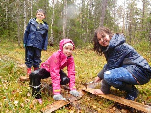 BYGGER KLOPP: Robin Floden, Ida Stormoen og Vaiva Barauskaite bygger ny klopp.
