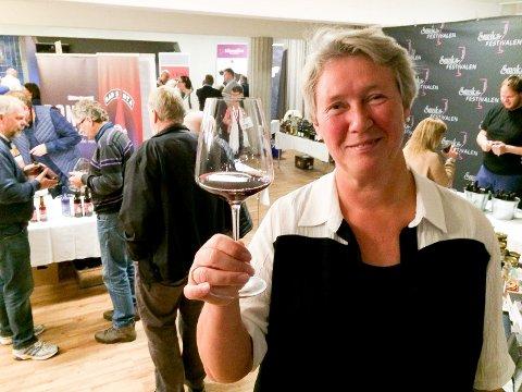 PÅ SMAKSTORGET: Smaksfestivalsjef Ingvild Haugbråten var godt fornøyd med oppslutningen om fjorårets årets festival. Her fra smakstorget i Elvarheim.