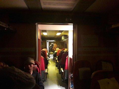 OM BORD I TOGET: Inntil det blir organisert alternativ transport, blir passasjerene ivaretatt av NSBs personale om bord i togsettet. (Foto: Anna Løvlund)