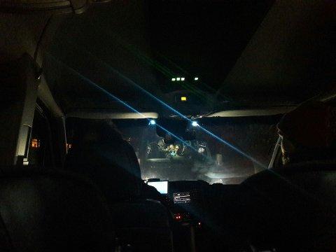 DROSJE: Ved 19-tiden søndag kveld ble de første passasjerene hentet av drosjer i Os. (Foto: Anna Løvlund)