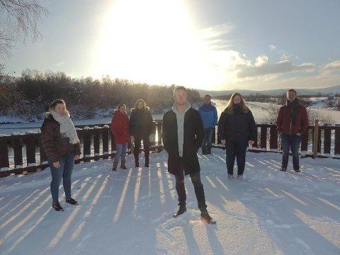 HJEM: Åtte tidligere musikklinjeelever ved Nord-Østerdal videregående skole tilbyr julestemning med folketoner på Tynset, Kvikne og Folldal nå før jul. Med er Bendik Qvam fra Tynset, Simen Vangskåsen fra Folldal, Håvard Moe fra Folldal, Magnar Torkildsen fra Tynset, Berit Høisen fra Os, Synnøve Brøndbo Plassen fra Folldal, Sunniva Estensgård Leistad fra Kvikne og Karoline Mikkelsen Knutsen fra Røros.