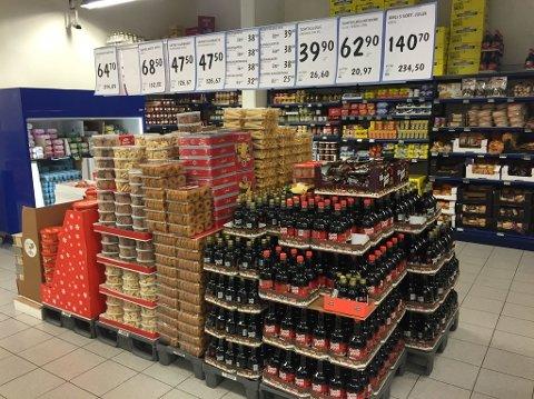 JULEPRISKRIG: Matvarekjedene fortsetter å presse prisene ned. Prisene er ytterligere satt ned fra forrige uke på en rekke julevarer. (Foto: Kjersti Westeng, Nettavisen)