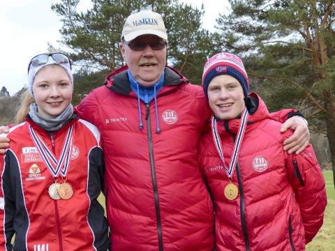 SUKSESS: Fra venstre: Oda Maageng Lund, Jon Arne Hugdal (trener) og Fredik Gruee Mælen. (Alle foto: Privat)
