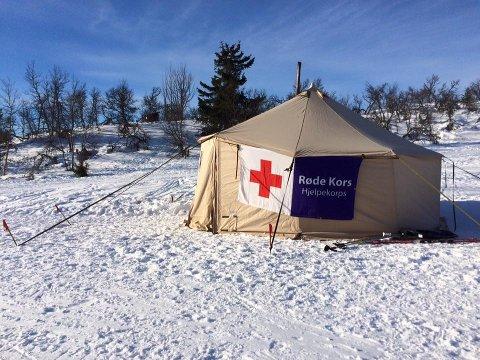 I LAVVO: Trysil Røde Kors Hjelpekorps er stasjonert i en lavvo ved Støtriset i Bittermarka. Her tar de godt vare på alle som kommer forbi, opplyser Hedmark Røde Kors påskeaften. (Foto: Røde Kors)