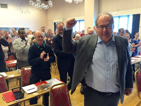 FORNØYD: Per-Gunnar Sveen jubler over det enstemmige gjenvalget. Foto: Rune Hagen Per-Gunnar Sveen (50) fra Elverum er enstemmig gjenvalgt som fylkesleder i Hedmark Ap. (Foto: Rune Hagen)