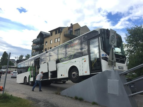 BOM FAST: Rutebussen mot Kongvsinger satt bom fast på Nybrua i Elverum mandag ettermiddag.
