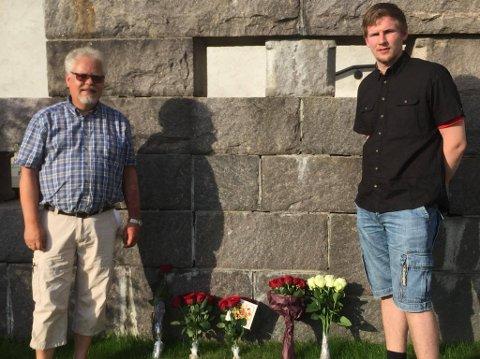 MARKERING: Jørn Øversveen (t.v) og Magnus Stenseth la fredag kveld ned buketter ved Rådhuset i Elverum. (Foto: Privat)
