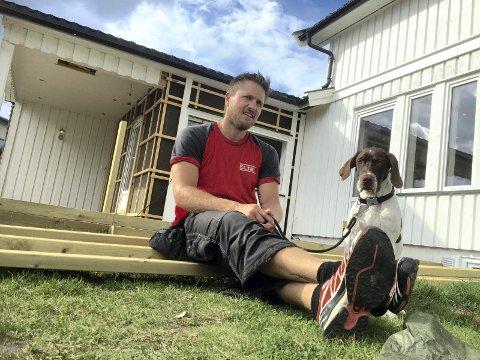 TAKKET NEI: - Det ble for kort tid og for mye husbygging til at det kunne bli VM-lamp i Terningen Arena, sier Robert Paulsbyen, her sammen med Castor, fuglehunden på fem måneder som er blitt nytt familiemedlem.