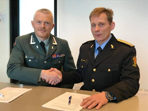 SKREV UNDER SAMARBEIDSAVTALE: Politimester Johan Brekke (til høyre) ved Innlandet politidistrikt og HV05 distriktssjef Tore K. Stårvik.