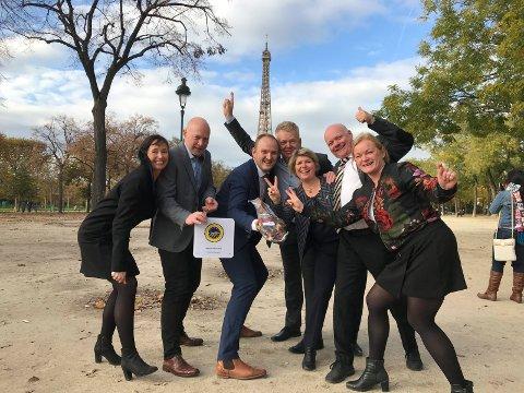 JUBEL: Den norske delegasjonen i Paris med landbruks- og matminister Jan Georg Dale (midt i bildet) og plaketten for EU-beskyttelse.