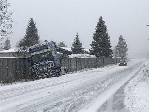 SMELL: To lastebiler kolliderte onsdag formiddag da den ene kjørte i baken på den andre. Ingen personer ble skadet i uhellet. (Foto: Anita Høiby Gotehus)