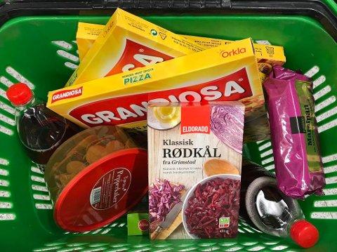 DETTE ER BILLIG: Grandiosa, julebrus, pepperkaker, rødkål, surkål og marsipan er blant varene som er blitt kraftig redusert i pris i desember. Foto: Halvor Ripegutu