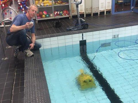 ROBOT: Arve Asphaug konstaterer at roboten er en effektiv bunnrensker.