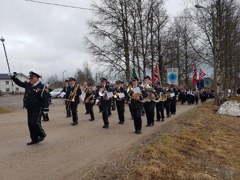 USKADDE: Alle medlemmene i musikkorpset på Østby kom seg uskadd gjennom spillejobben 17. mai. Men så gikk de da altså ned langs østsiden av Villavegen, og ikke den svært så hullete og humpete vestsiden. (Foto: Tormod Rønningen)