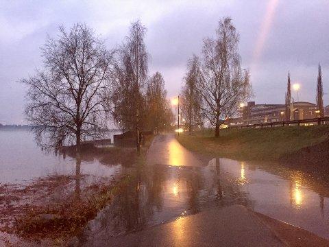 Slik så det ut nede ved Glomma i Elverum sent torsdag kveld.